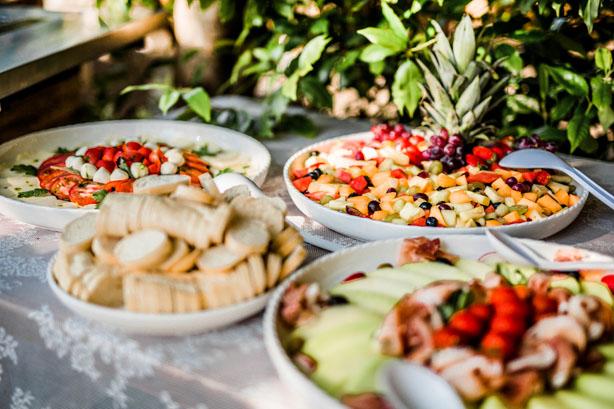 Buffet met caprese salade, fruitsalade, meloen met ham en stokbrood