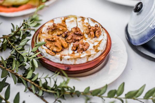 Voorgerecht gebakken camembert met walnoten en honing